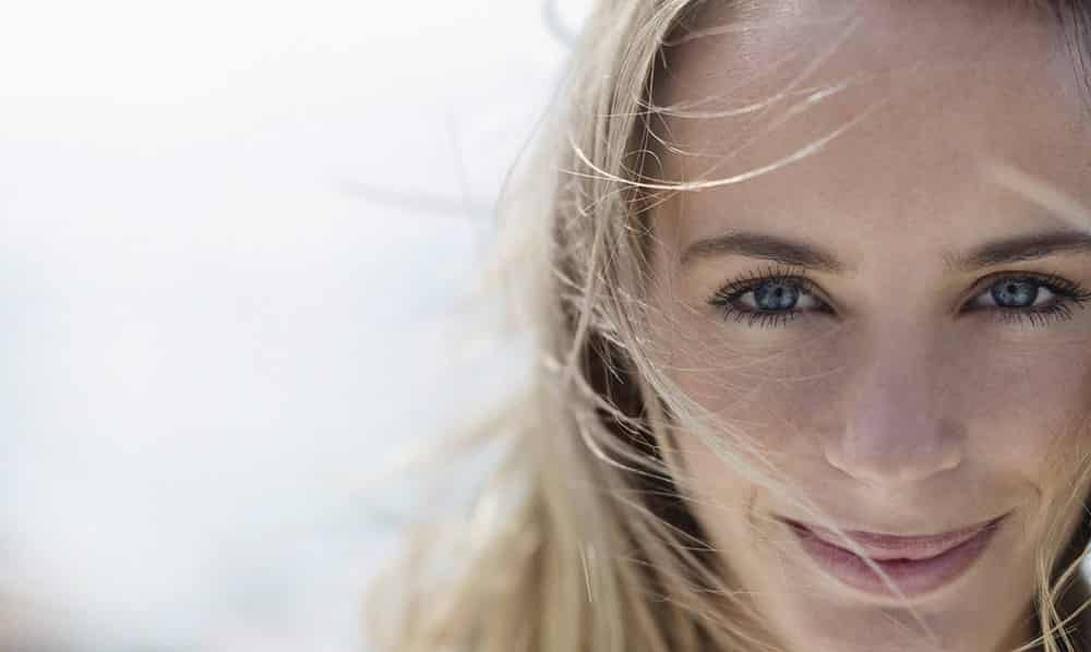 mesotherapie femme blonde souriante - Esthétical Paris